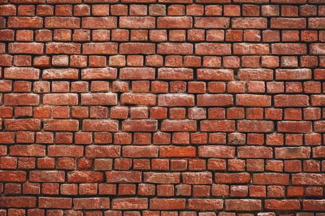 Co pasuje do ceglanej ściany